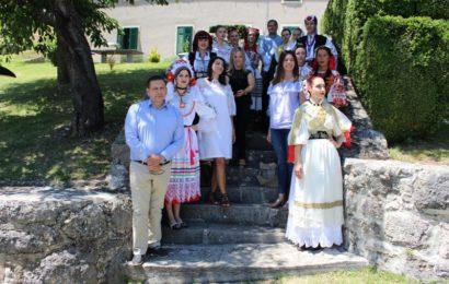 Najljepše Hrvatice u narodnoj nošnji izvan RH posjetile Grad Knin