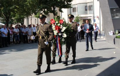 Obilježavanje dana logoraša u Kninu; Položeni vijenci i zapaljene svijeće ispred Spomen obilježja