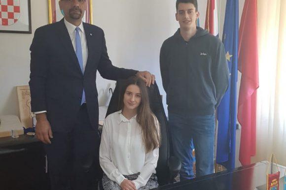 """U sklopu projekta """"Mladi gradonačelnik"""" maturanti posjetili i sudjelovali u radu gradske uprave"""